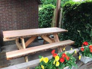 Houten boomstam picknicktafel