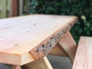 Een mooie boomstamtafel met schors van Douglashout