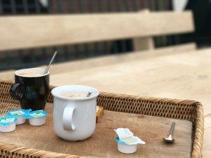 koffie aan picknicktafel met leuning